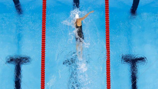 Hosszu rompe el récord mundial y olímpico de 400 metros combinados.