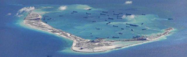 Embarcaciones de dragado chinas detectadas en las aguas cerca de las disputadas islas Spratly, en el Mar Meridional de China.