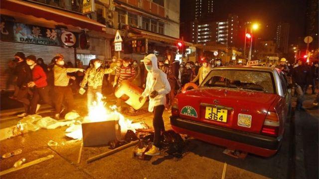屋台撤去に抗議する人たちが道路で火を燃やした(9日)