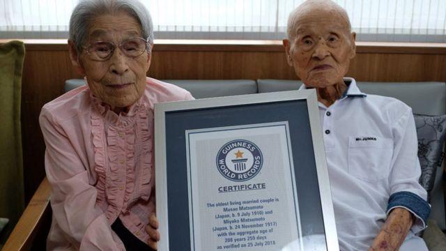 Masao Matsumoto, 108 dan istrinya, Miyako yang berusia 100 tahun mendapat sertifikat dari Guiness World Records.