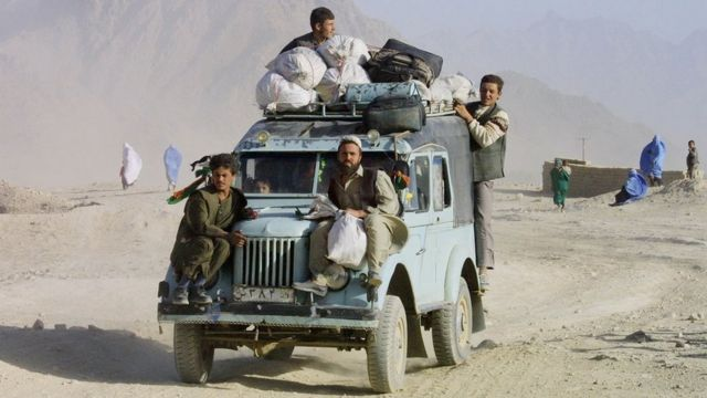 Афганцы бегут из Кабула, 2001 год