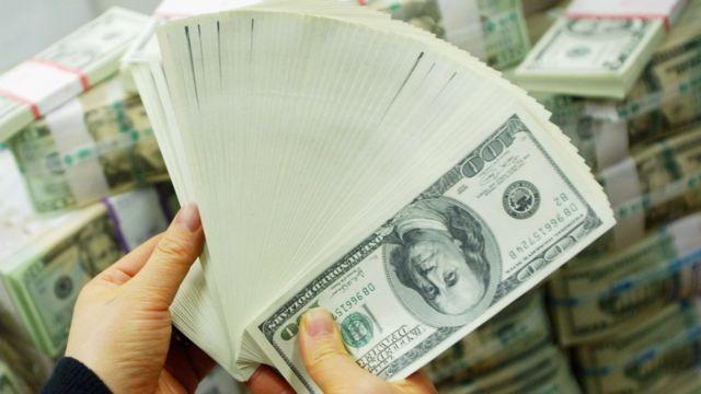 Des billets de dollars américains exhibés par un banquier Coréen.