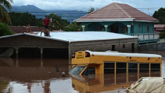 Personas atrapadas en tejado en Honduras