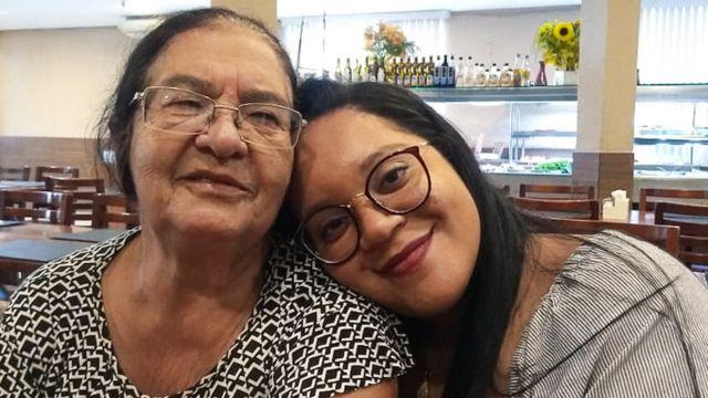 Nicole com sua avó, Delcy