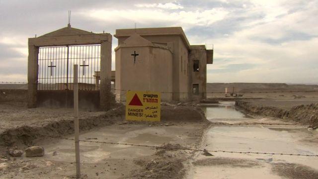 تعمل جمعية هالو تراست البريطانية على إزالة الألغام في منطقة المغطس