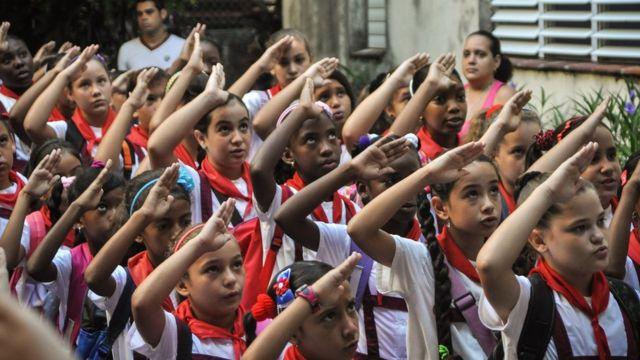 Pioneros en una escuela en Cuba