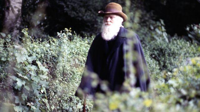 Actor interpretando a Charles Darwin