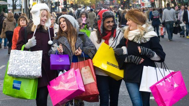 Mujeres comprando.