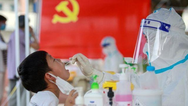 Uma criança recebe um teste de coronavírus em Yangzhou, na província de Jiangsu, no leste da China, em 5 de agosto de 2021.