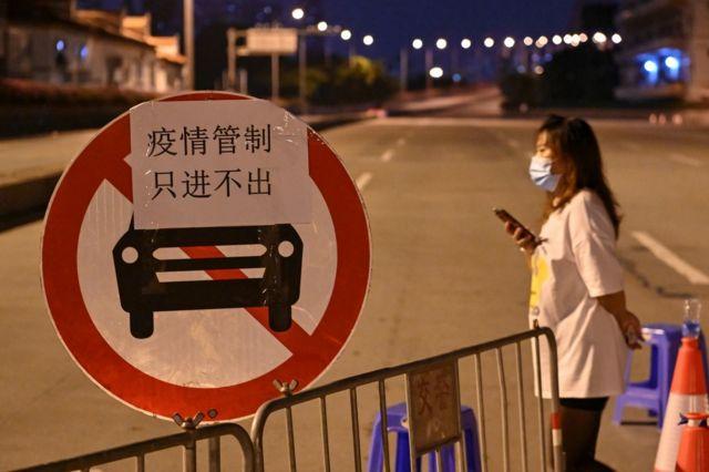 广州市荔湾区实施了交通管制,限制部分区域居民离开。