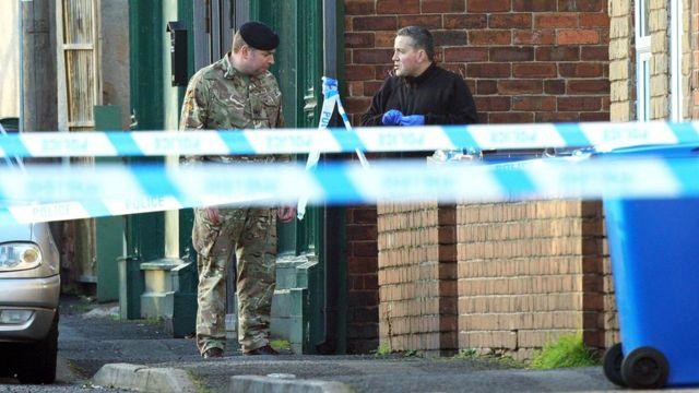 チェスターフィールドでは、警察官と兵士たちが依然として任務に当たっている