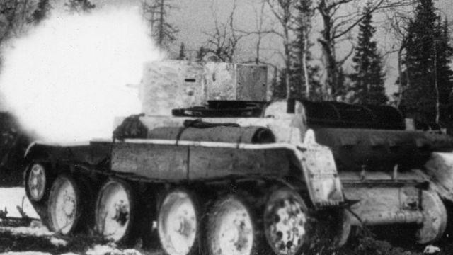 Советский танк ведет бой на подступах к линии Маннергейма