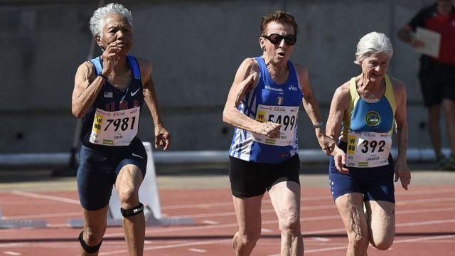 Irene Obera (à esquerda), Emma Maria Mazzenga e Constance Marmour competem no Campeonato Mundial de Atletismo de Masters em 2015