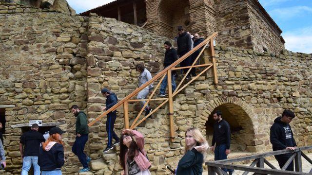 Туристы в Давид Гареджи на неспорных территориях Грузии