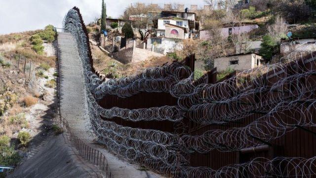 アメリカ人は「家から出るな」 メキシコ住民が国境を封鎖 - BBCニュース