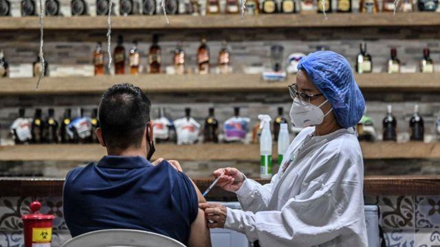 Vacunación en Medellín, Colombia.