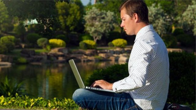 Чоловік з ноутбуком