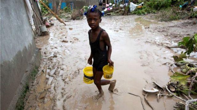 Una niña llevando agua en Haití.