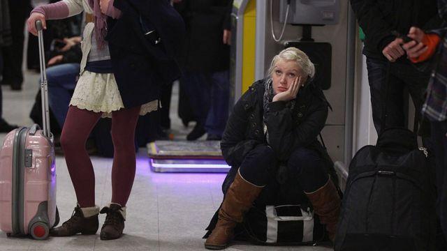 Pasajeros esperan en el aeropuerto de Edimburgo