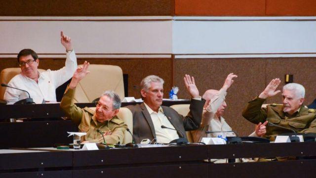 Raúl Castro e outros dirigentes cubanos em uma votação na Assembleia Nacional