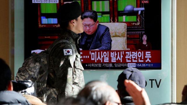 Soldados de Corea del Sur frente a un televisor en el que se ve a Kim Jong-un