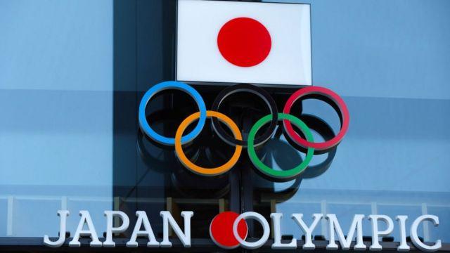 Bandera japonesa con el emblema de los Juegos Olímpicos.