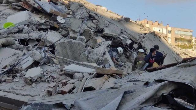 Un edificio destruido después de que el terremoto sacudiera la costa egea de Turquía.