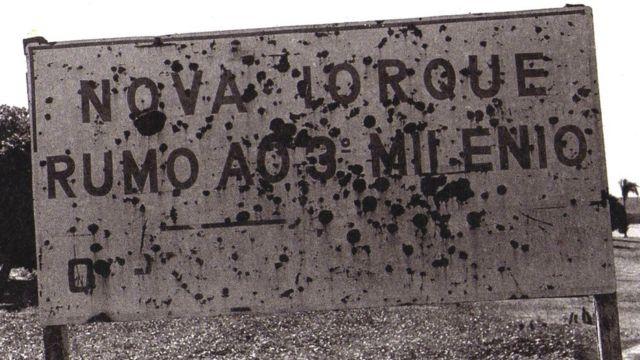 """placa com os dizeres """"Nova Iorque rumo ao 3º Milênio"""""""