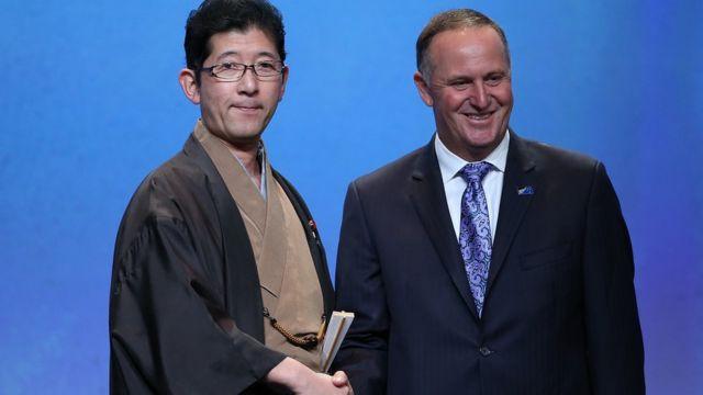 日本の高鳥修一内閣府副大臣とニュージーランドのジョン・キー首相(4日)