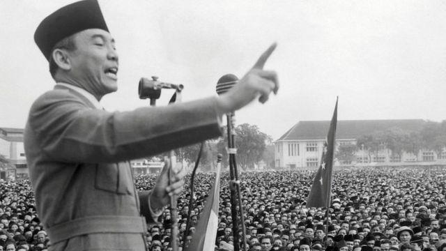 سوكارنو، زعيم الحزب الوطني الإندونيسي، يخطب أمام حشود هائلة من الإندونيسيين في أحد أعياد الاستقلال.