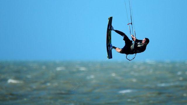 Andre pratica kitesurf