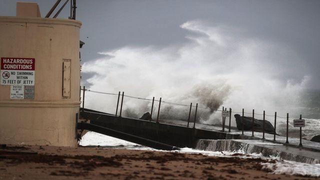 フロリダ州シンガー島に打ち寄せる高波