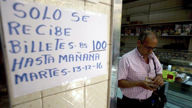 Un cartel que advierte sobre la aceptación limitada de billetes de 100