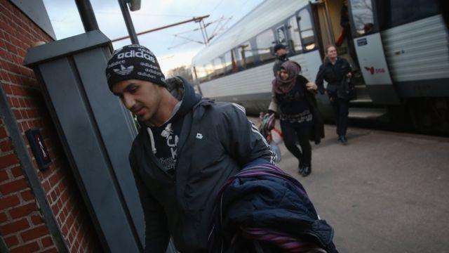 デンマーク・パドボルクに到着した難民たち(6日)