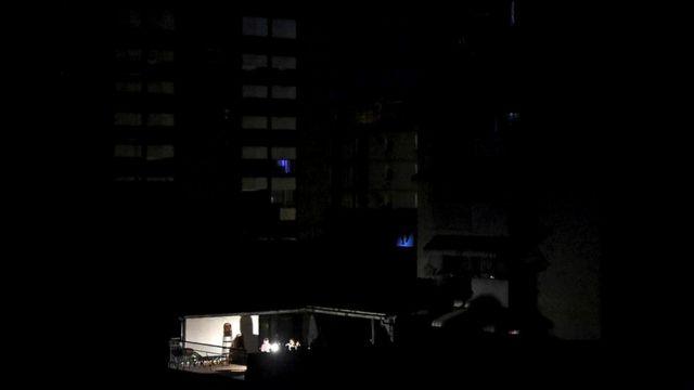 Из-за отключения электричества в Венесуэле перестали работать насосы, подающие воду в дома. Еда в неработающих холодильниках быстро портилась