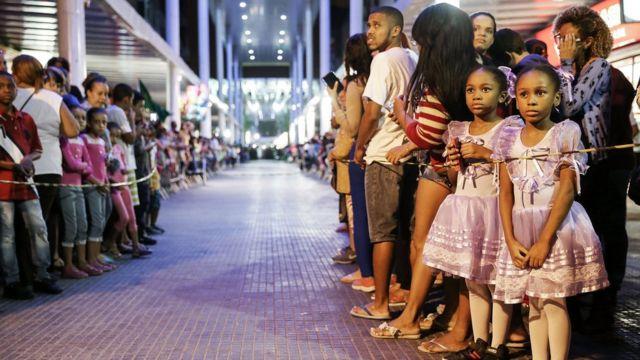люди в ожидании Олимпийского огня в Рио-де-Жанейро