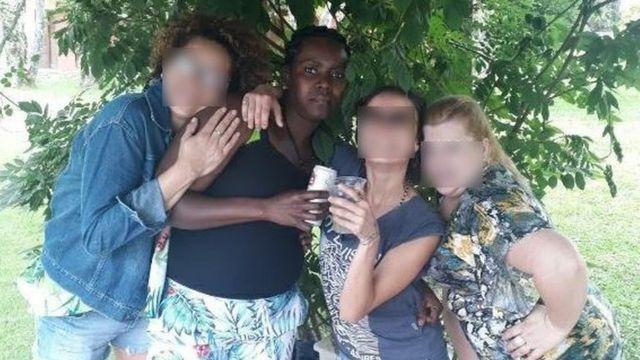 Manite Carol Dorlean posa para retrato ao lado de mais três amigas e diante de arbusto