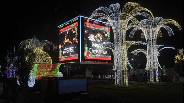 زُيِّنت الشوارع بأضواء متلألئة في العاصمة التجارية لنيجيريا، لاغوس، الاثنين استعدادا لاحتفالات عيد الميلاد