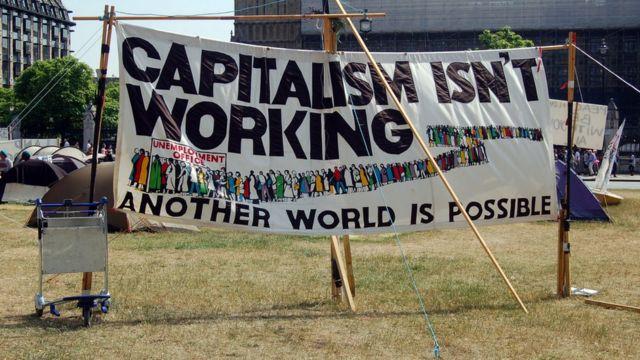 لافتة تعارض الرأسمالية