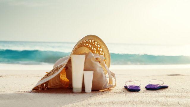 Existen en el mercado opciones más sofisticadas para cuidarte de los rayos ultravioleta que las de la imagen: las prendas con protección solar incorporada.