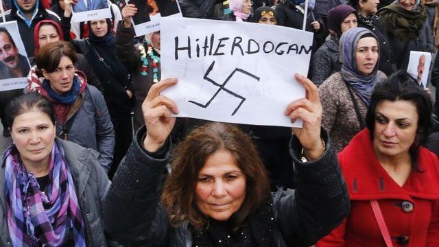 متظاهرات كرديات يشبهن إردوغان في الحملة ضد الإكراد بهتلر