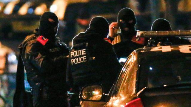 ブリュッセル近くのモレンビークで対テロ作戦に参加したベルギー警察の特殊部隊(22日)