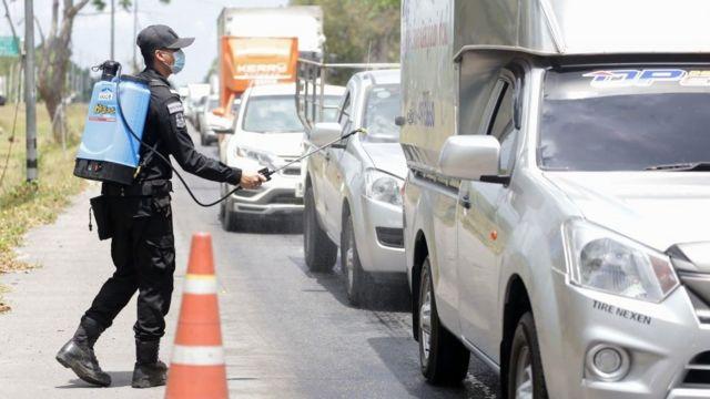 Cảnh sát Thái Lan xịt thuốc nhiễm trùng vào xe trên đường phố Thái Lan