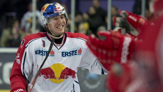 Jugador de hockey del equipo Red Bull