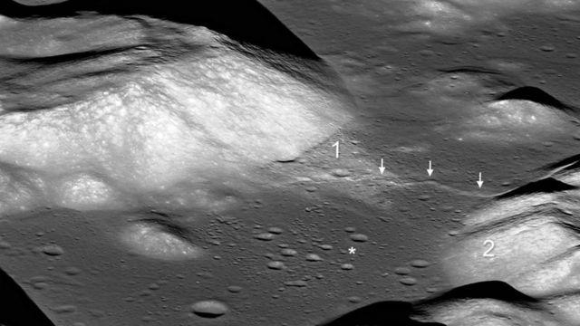 Falla en un valle en la superficie de la Luna