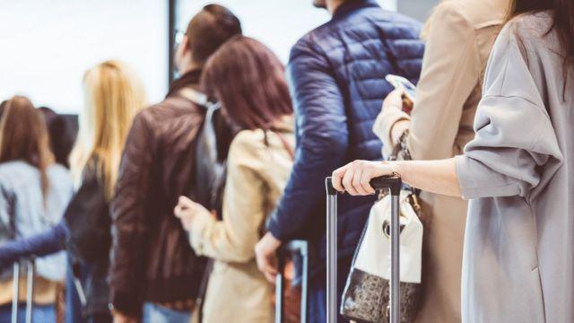 passageiros em fila de embarque para avião