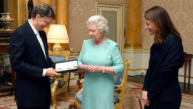 La reine Elizabeth II a remis à Bill Gates son titre de chevalier honoraire au palais de Buckingham à Londres, aux côtés de son épouse Melinda, en 2015.