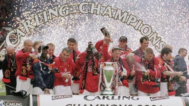 لاعبو مانشستر يونايتد يحتفلون بالفوز بلقب الدوري الإنجليزي الممتاز عام 2001