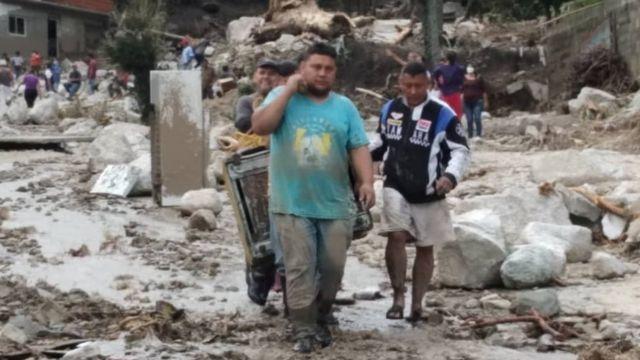 Gente afectada por los deslaves en Tovar, estado Mérida, Venezuela