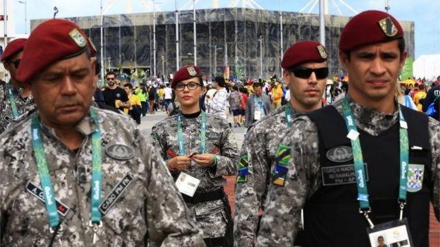 Бразильские солдаты около стадиона в Рио-де-Жанейро